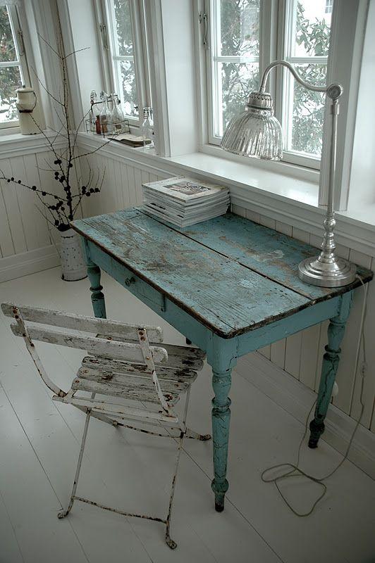 Bordet har en fantstisk farge og patina. Det er i sin tid kjøpt fra Butik Sophie i Danmark og blitt transportert til Norge :) ...