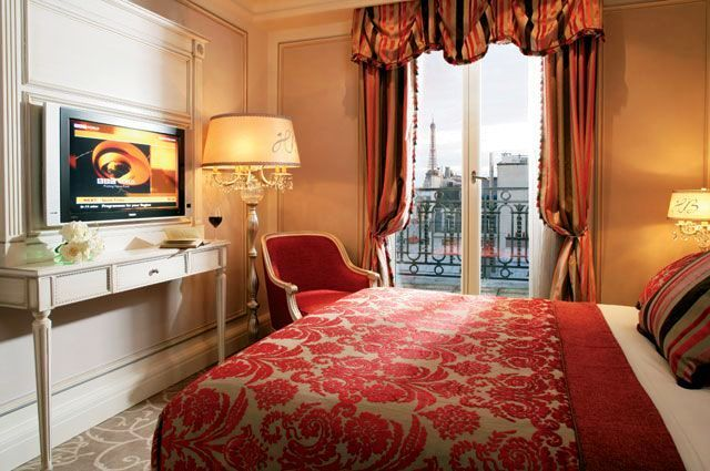 Simple luxury @Hotel Balzac Paris (Standard room - I love the view of the Eiffel Tower - very romantic!)