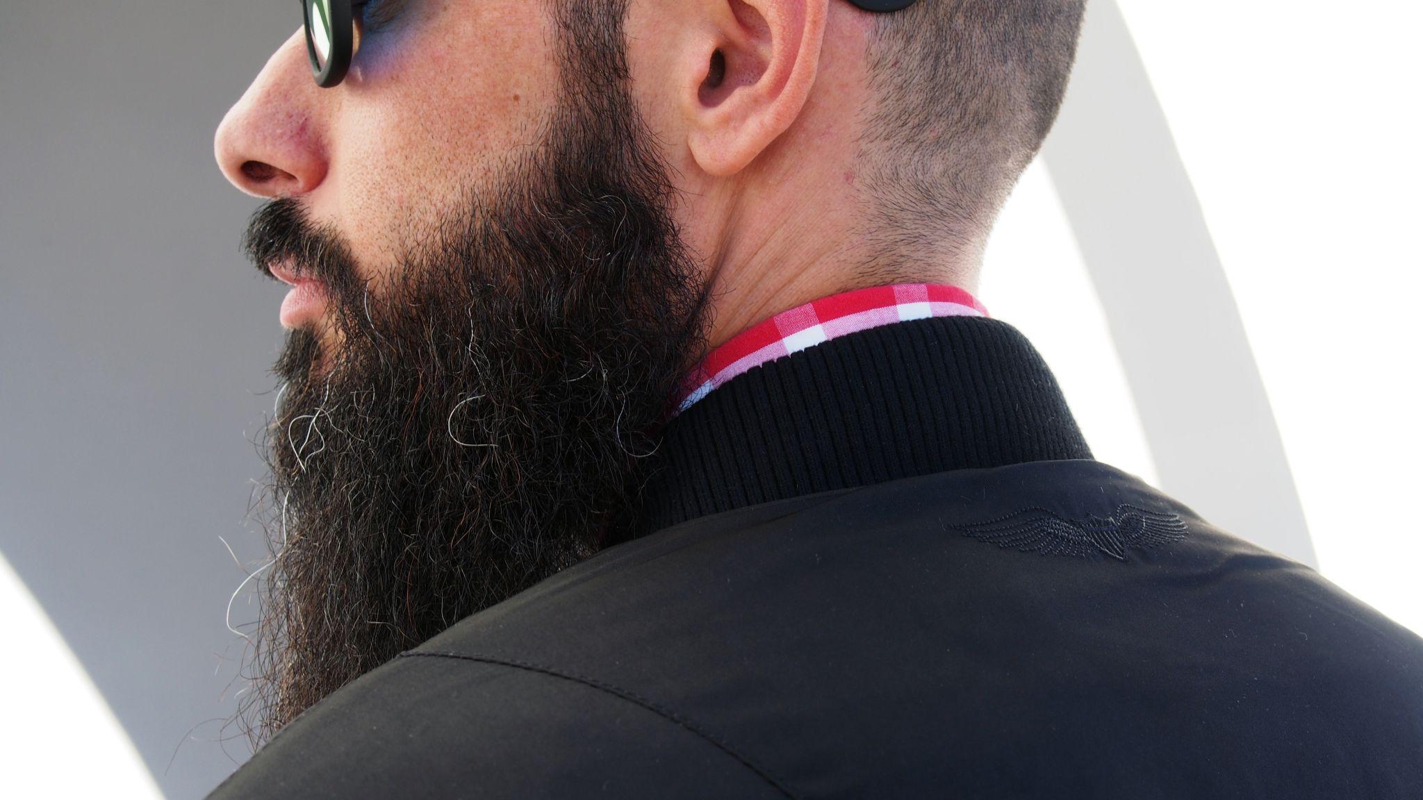 look chico con barba y bomber negra www.normcoregirl.com @normcoregirl