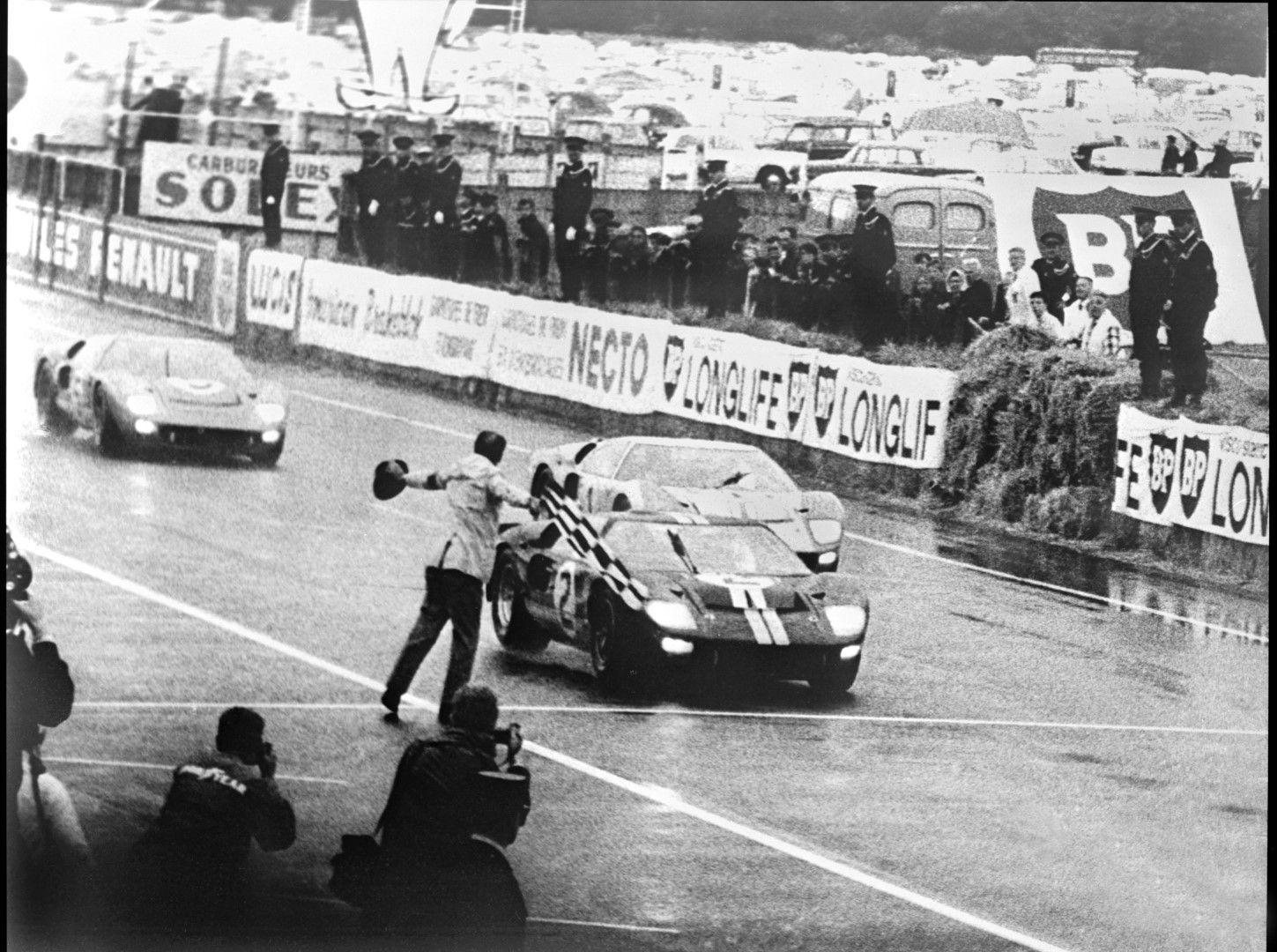 Trio Of Ford Gt40 Mk Iis Cross Finish Line At Le Mans 1966 Ford Gt Ford Gt40 Le Mans