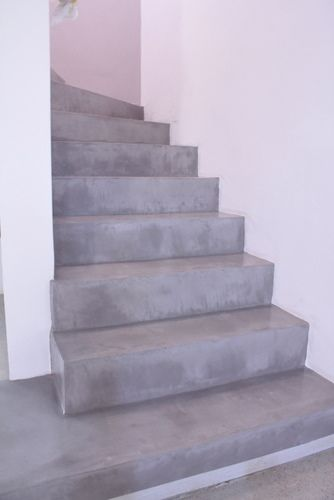 escalier en b ton cir gris clair polished concrete in a staircase soft grey industrial. Black Bedroom Furniture Sets. Home Design Ideas
