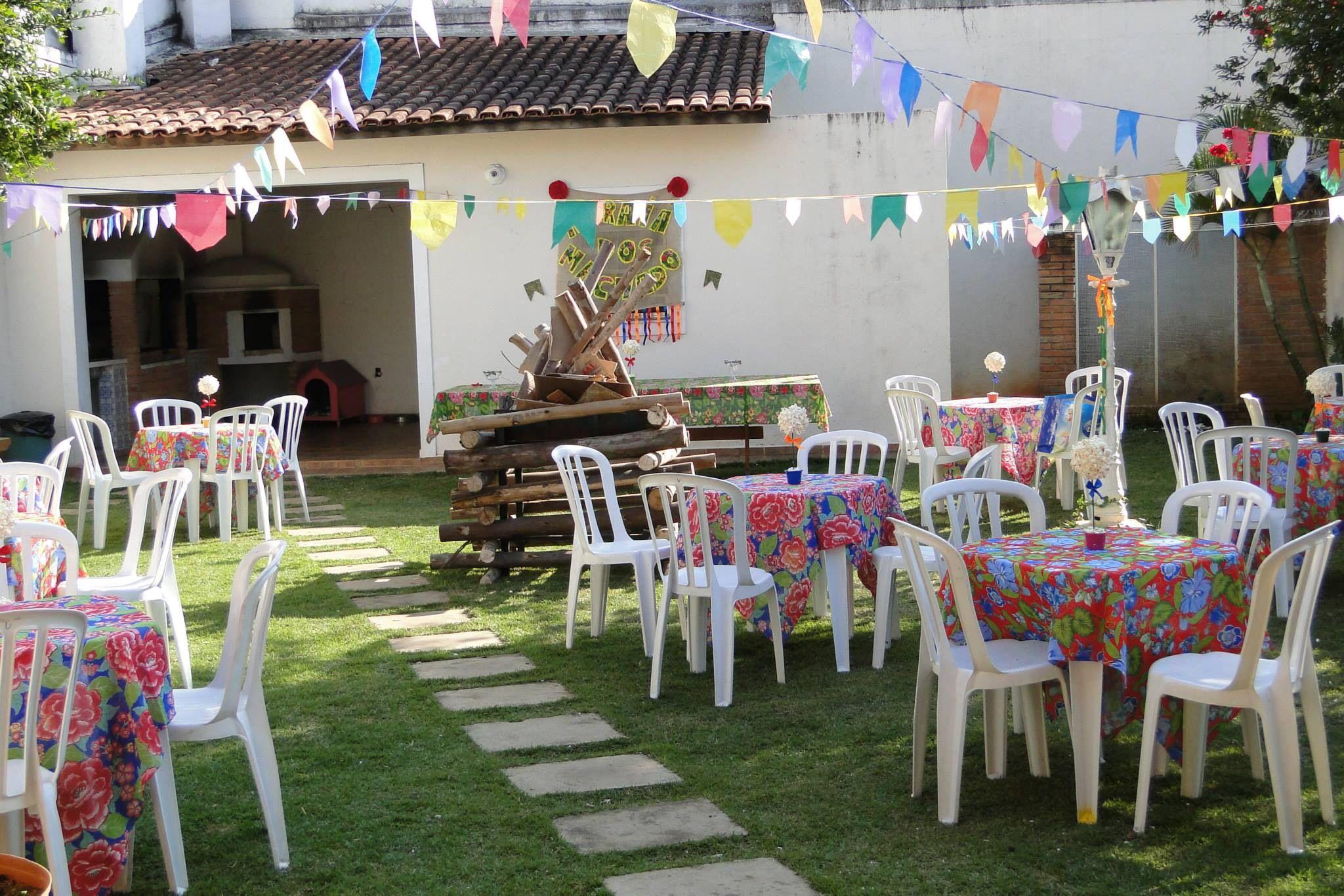 Decoraç u00e3o de festa junina mesas com chita, fogueira e bandeirinhas Festa Festa junina  -> Decoração De Mesa Xadrez