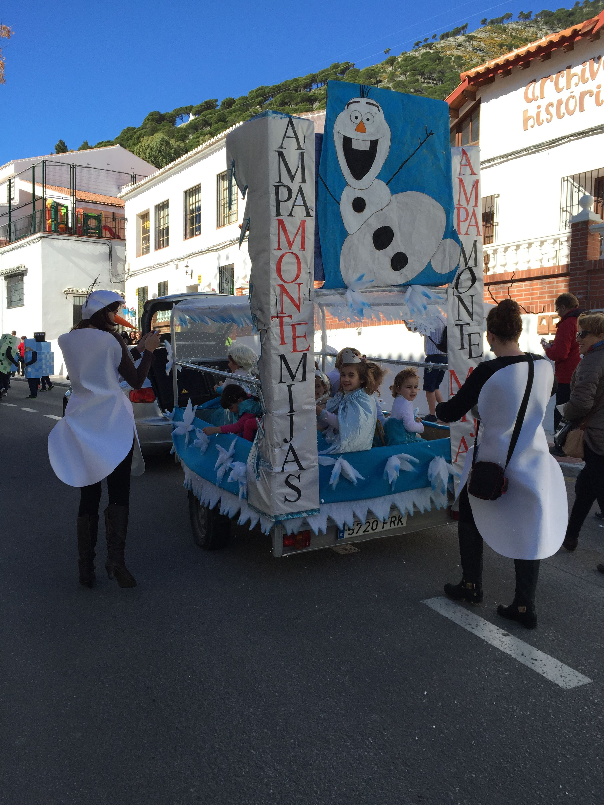 A Frozen themed carnival float with Elsas and Anas | Kids Carnival ...