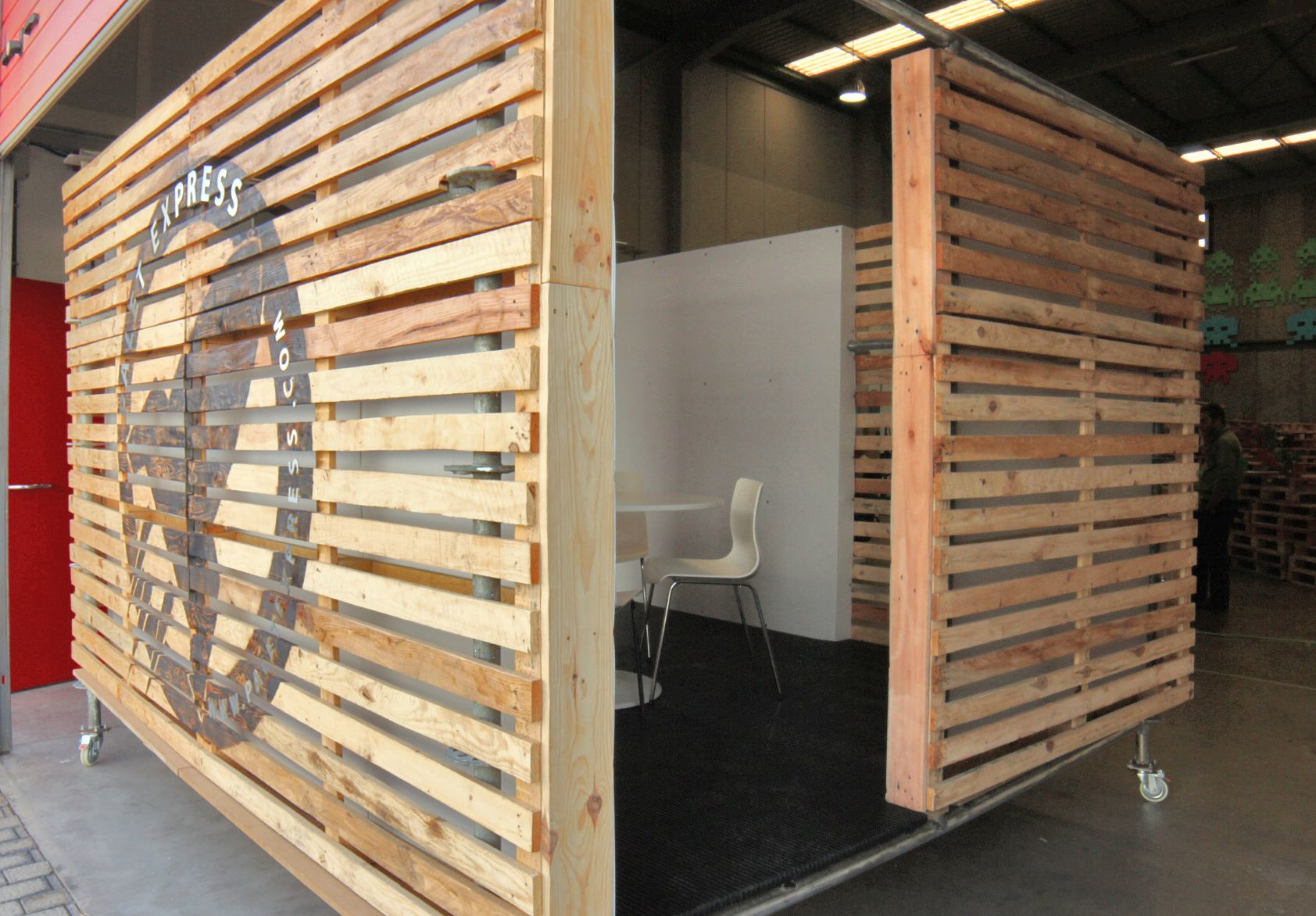 Movable Wooden Partition Meet And Go Pallet Room Pallet 39s Rock Pallet Room