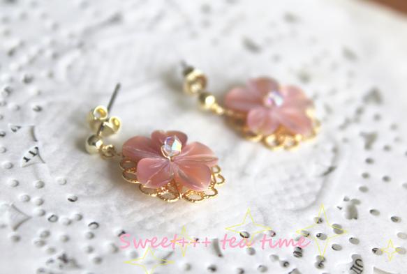 桜のやさしい色を耳元にも。シェル(貝)のやさしい淡い桃色に、クリスタルオーロラのスワロフスキーの輝きを添えて。15mmのお花型シェルでコンパクトなピアスに仕上...|ハンドメイド、手作り、手仕事品の通販・販売・購入ならCreema。