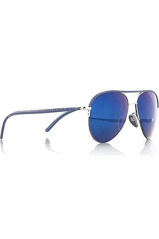 69cf0dc977142 Aviador Yves Klein  Cutler and Gross reinterpreta el modelo de Ray-Ban con  una patilla de cuero y lentes de espejo de color azul eléctrico. Precio   297 €