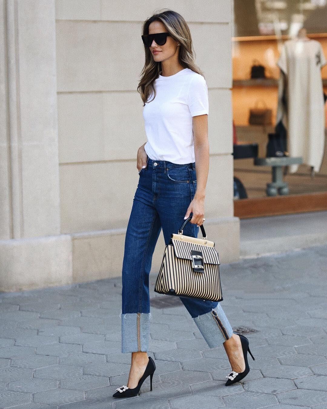 белая футболка в гардеробе женщины