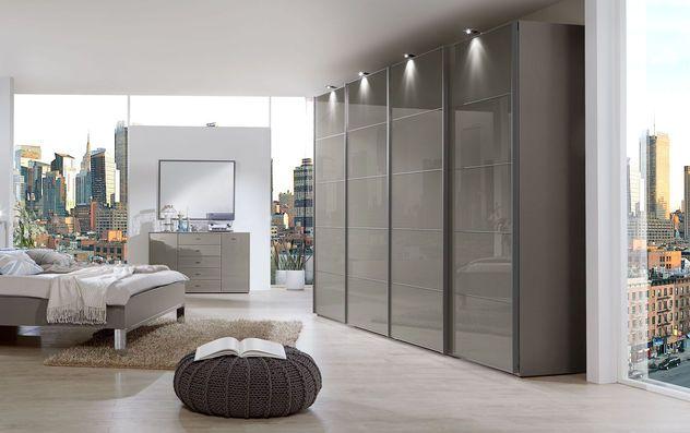 Kleiderschrank mit stilvollen Schwebetüren in havannafarbenem Glas - schlafzimmer mit eckschrank