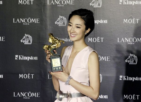Gf*Bf's Gwei Lun-Mei holding her trophy for Best Leading Actress at the 49th Golden Horse Film Awards