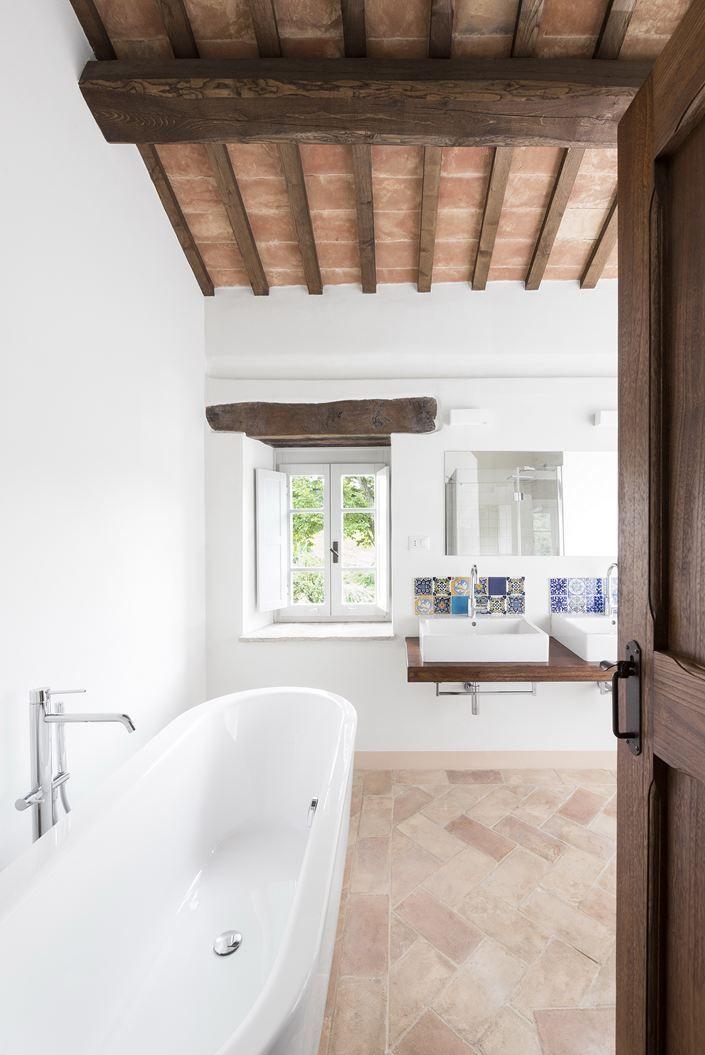 Il Restauro Conservativo Di Una Villa Di Campagna Mansarda It Interni Contemporanei Casa Toscana Design Toscano