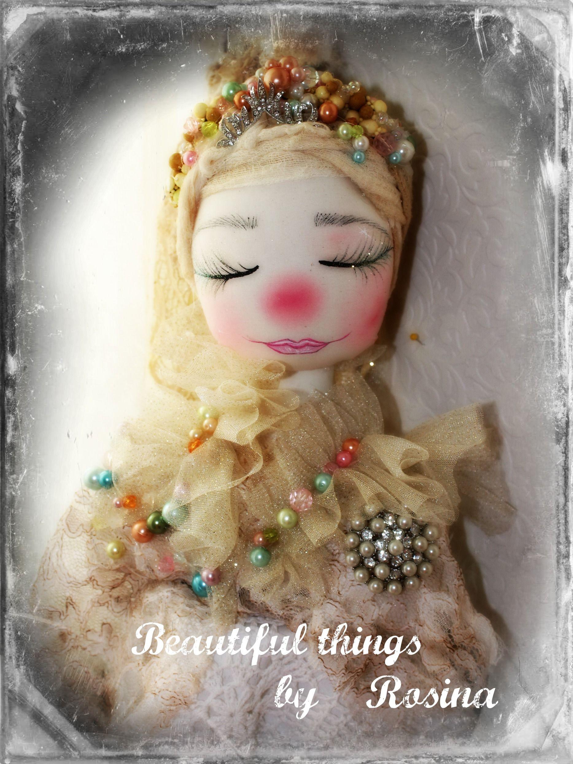 """Muñeca  (busto)  en  crema  . Su categoria es """"fantasia'"""