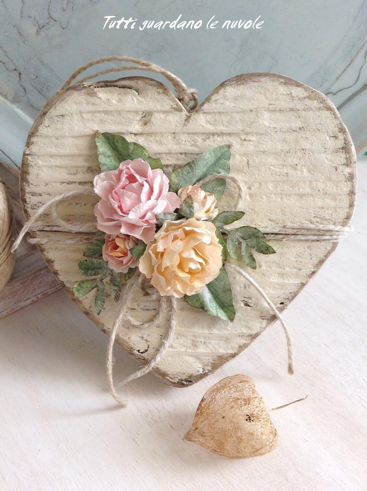 Un cuore in legno shabby rifinito con roselline handmade for Decorazione di casa