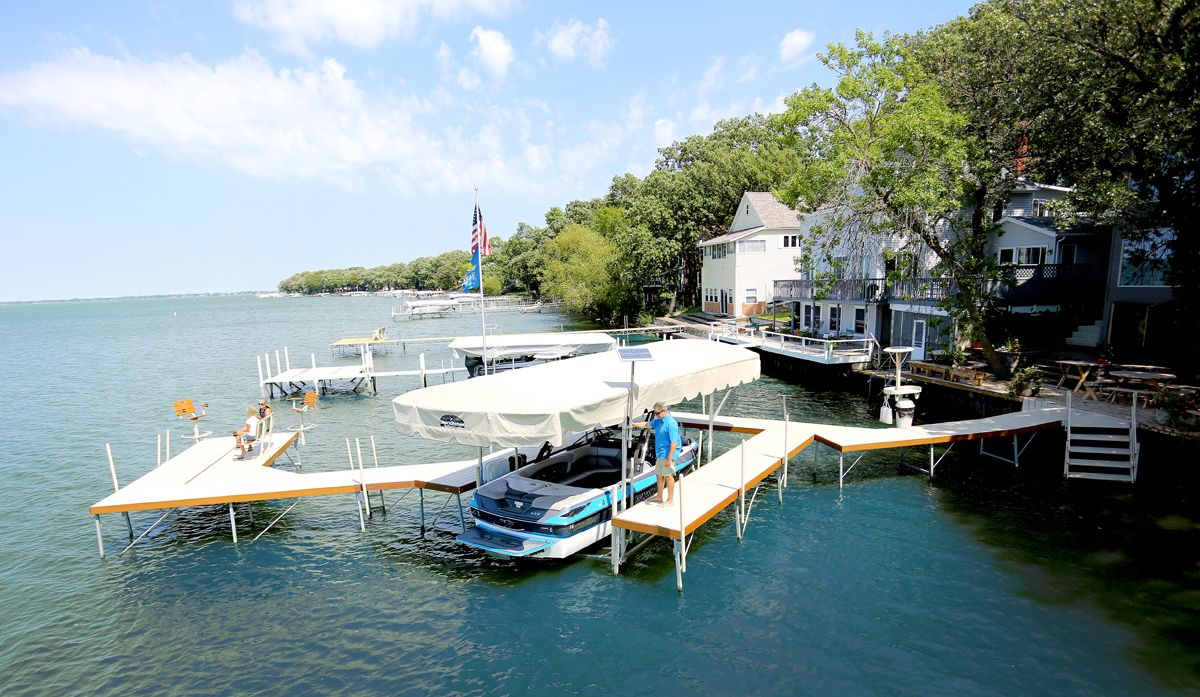 Check out this setup. 😍 What more could you ask for? #ShoreStation #boating #lakelife