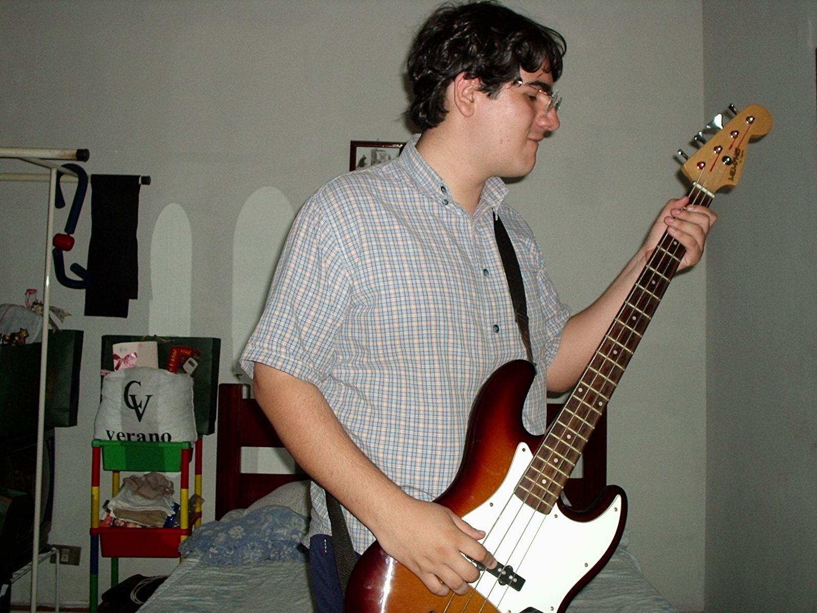 Com meu primeiro baixo, um Memphis, aos 16 anos.