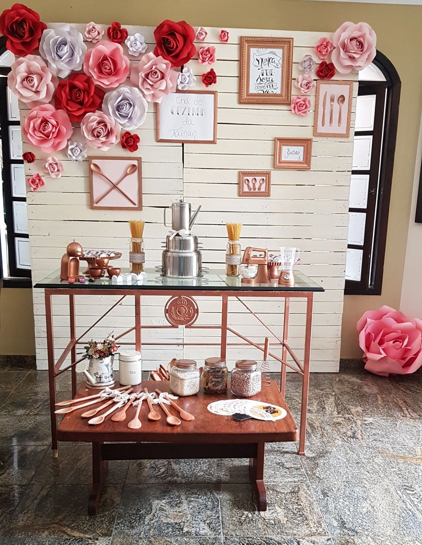 Chá de cozinha; decoração; rosas em cartolina; painel paletes ...