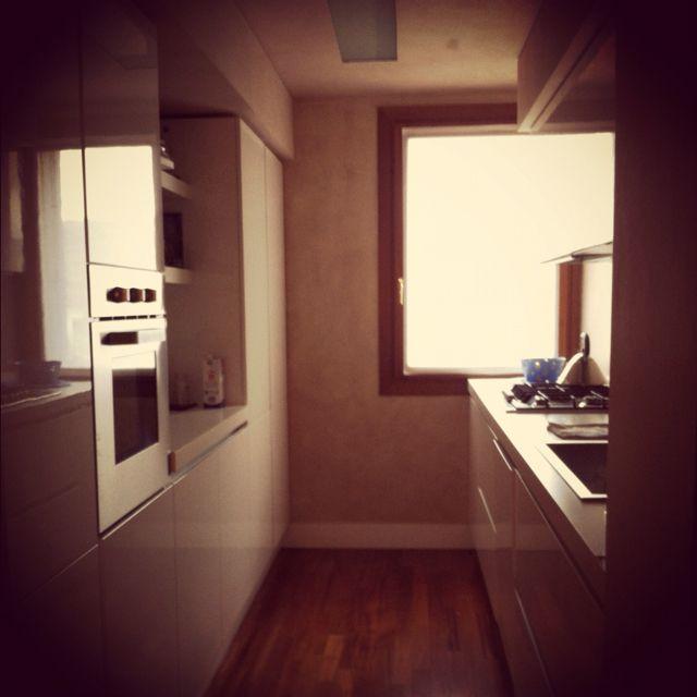 White modern kitchen...ide til teknikk vegg