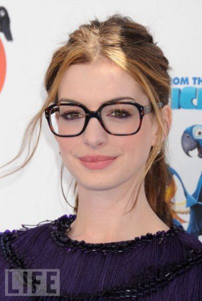 0db81d29e3c1 Anne Hathaway on the red carpet in square oversized tortoise reading glasses