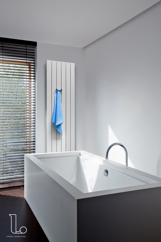 De radiator in deze badkamer is op een subtiele manier verwerkt in ...