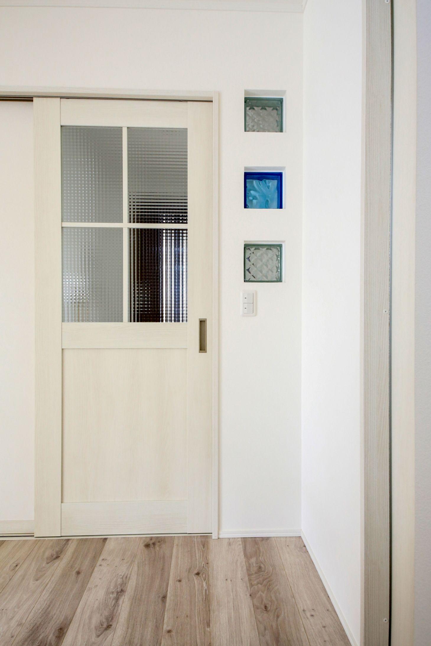 格子付きのガラス戸でかわいい印象に ドア横のガラスブロックがおしゃれですね 建築実例 ドア ガラス戸 格子 Ldk リビング 入り口 ガラスブロック 白 ホワイト ナチュラル シンプル インテリア 内装 ガラスブロック ガラス戸 リビング ドア ガラス