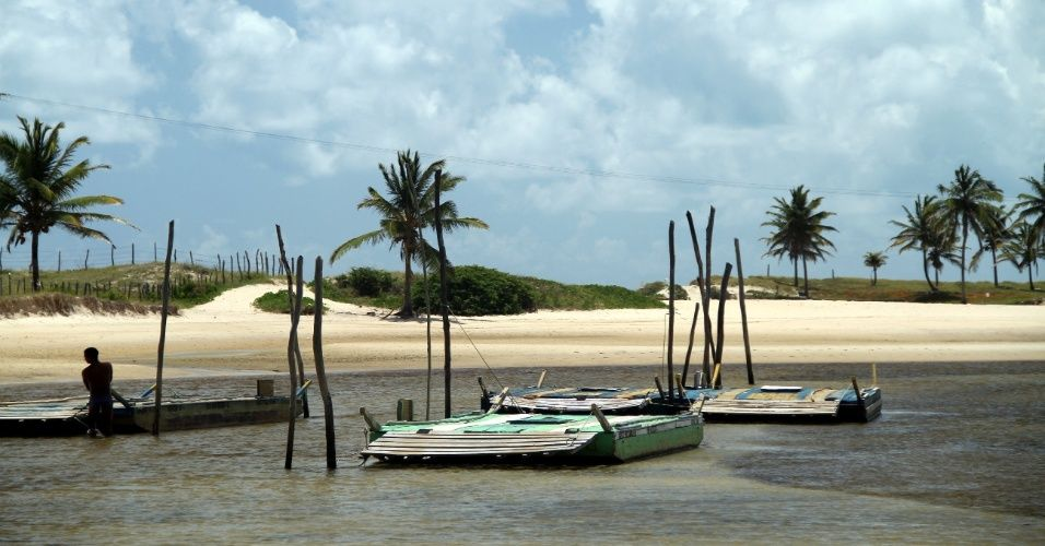 A travessia para a Barra do Cunhaú, destino rústico próximo a Pipa, é feita em breves viagens de jangada pelo rio Catú, até a entrada dessa vila rústica de pescadores, entre Cibauma e Barra do Cunhaú