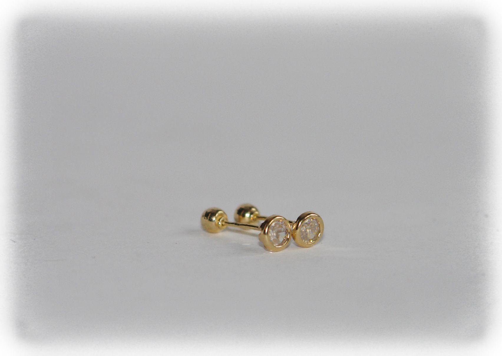 89161dee2b8c Ligeros Broqueles en oro 10 kilates de 2mm bicelado con zirconia blanca