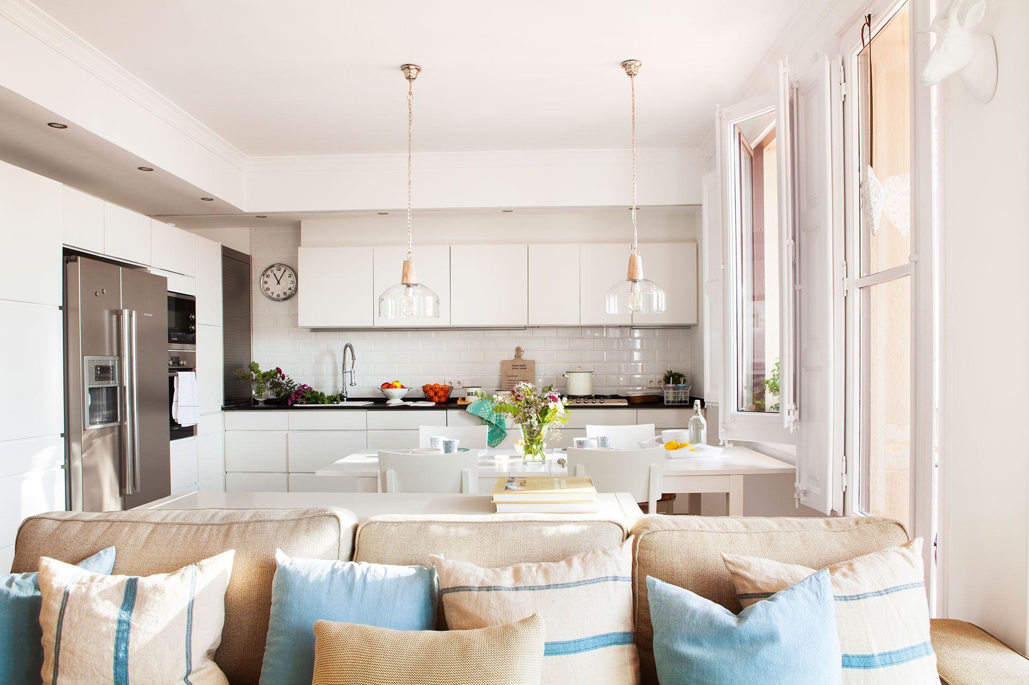 Cocina en blanco abierta al comedor y al salón | Cocinas en blanco ...