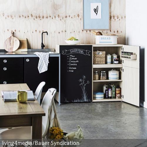 ein k chenschrank l sst sich ganz einfach mit tafellack zum memo board gestalten in kombination. Black Bedroom Furniture Sets. Home Design Ideas