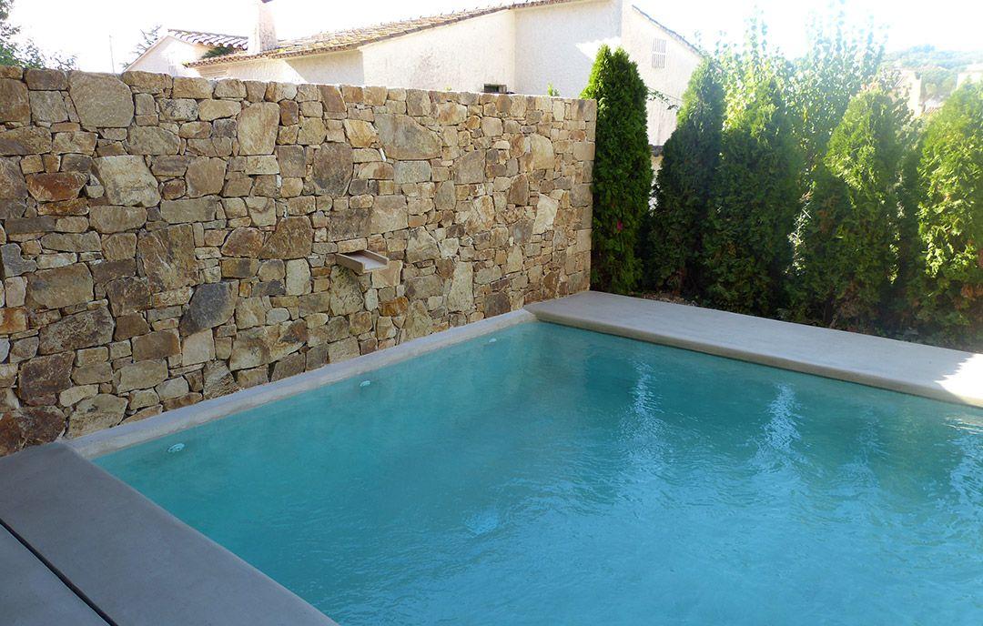 Muro de piedra caliza piscina de microcemento - Piedras para piscinas ...