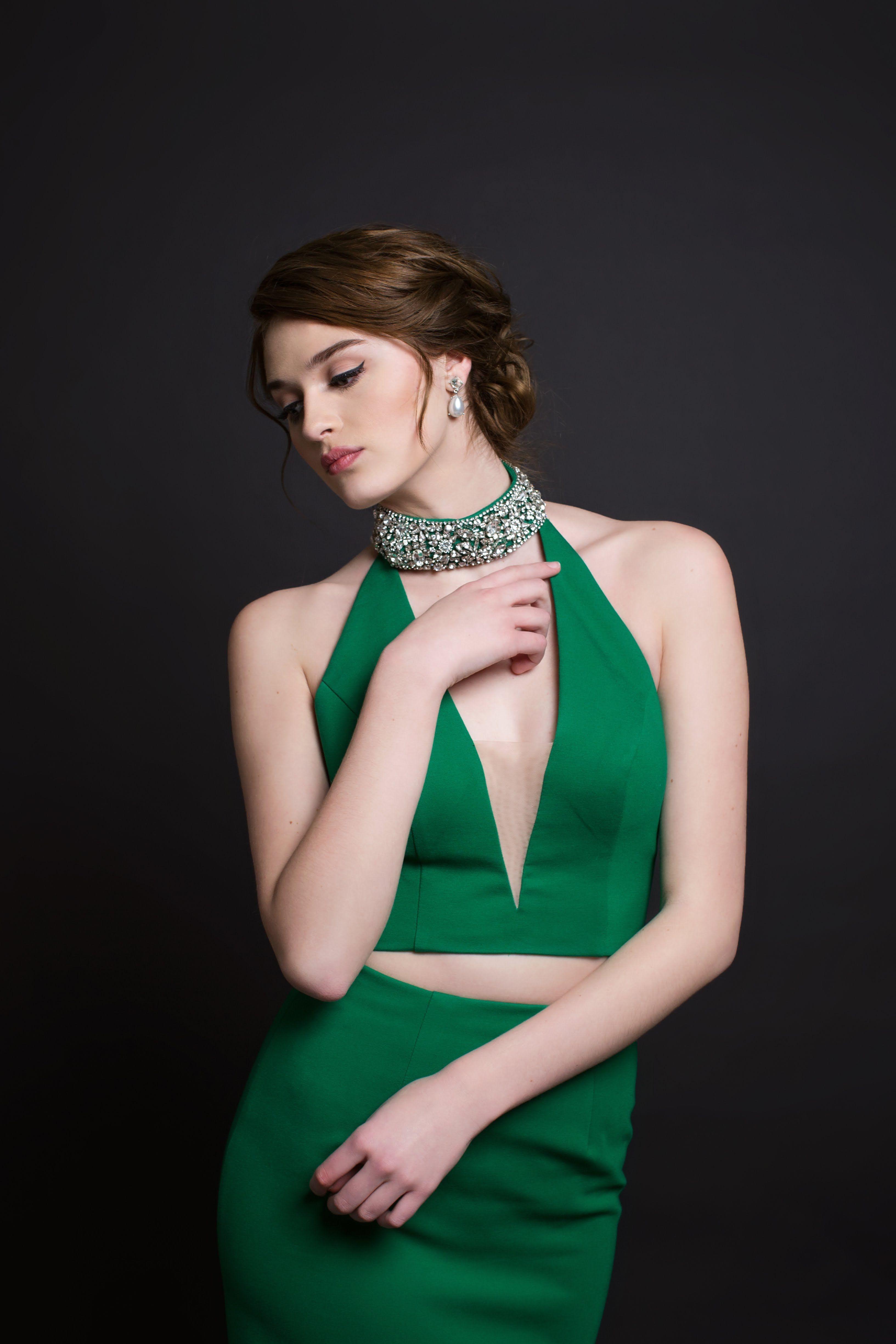 Sherri hill emerald green deep v neckline piece beaded collar
