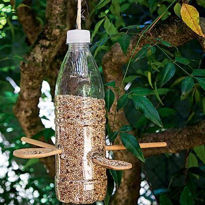 mangeoire oiseau bouteille en plastique creer avec des. Black Bedroom Furniture Sets. Home Design Ideas