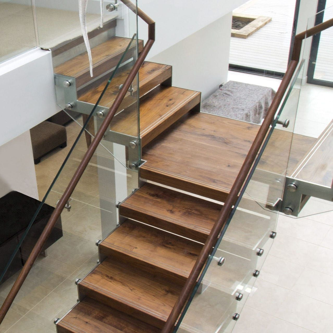 Escalera en L / recta / barandilla de vidrio / estructura de madera ...