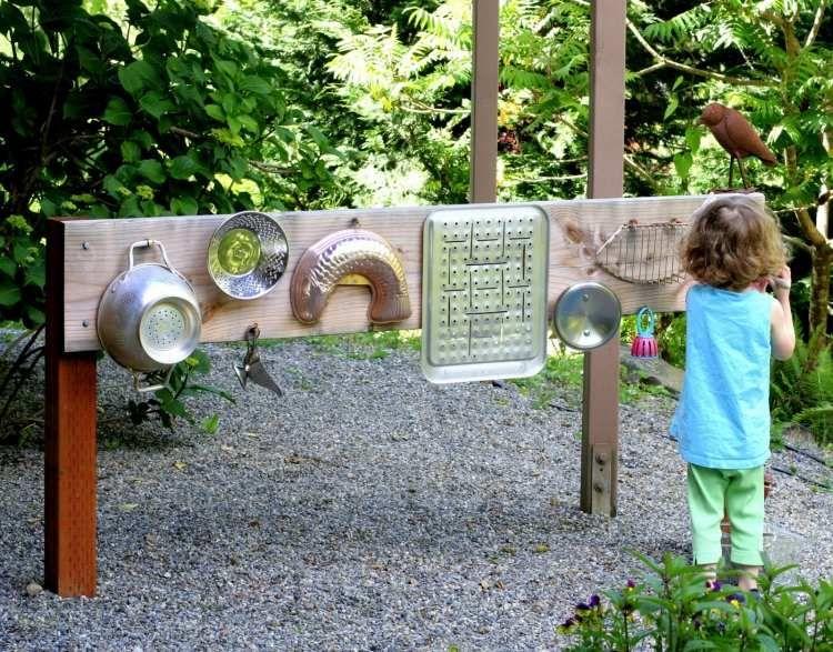 Geraete-garten-kinder-spielen-geraeusche-machen-metalles-geschirr ... Gartengestaltung Ideen Kinder Spielecke Freude