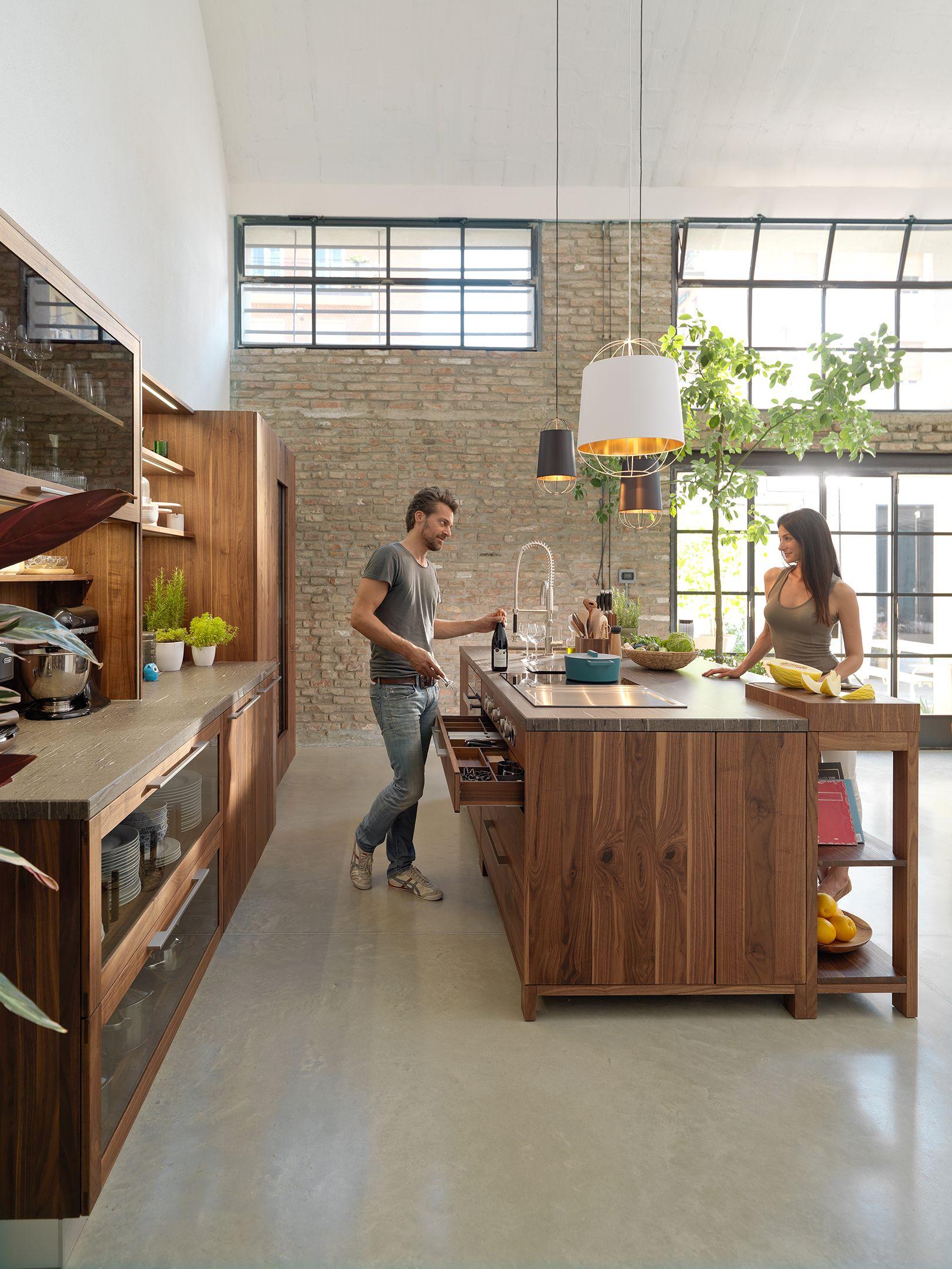 Korpusse aus massivem Holz machen unsere Küchen überaus belastbar