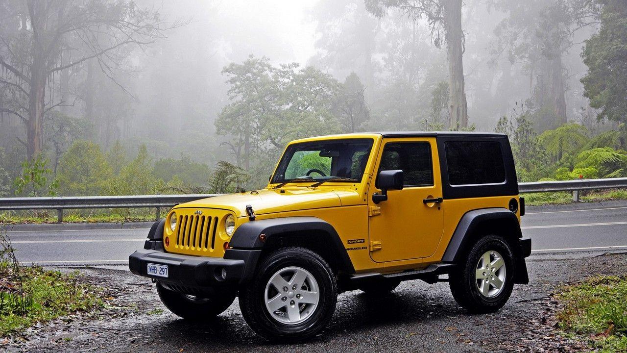 Жёлтый Jeep Wrangler на обочине дороги в лесу Yellow