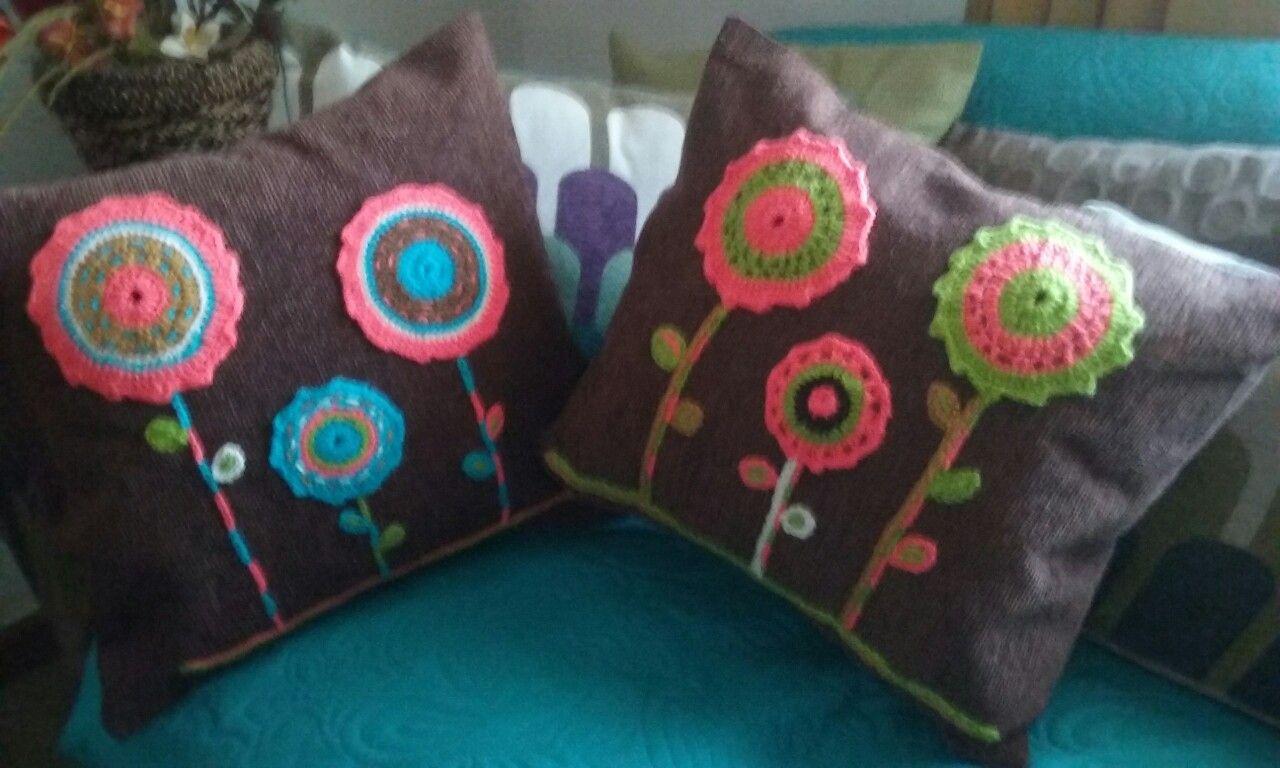 Cojines con aplicaciones a crochet