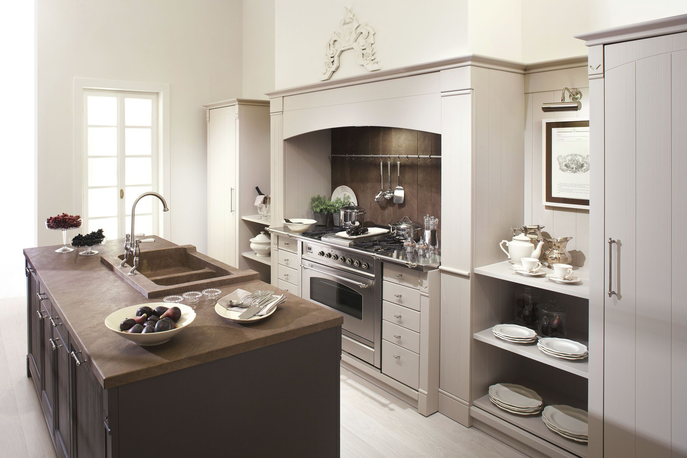 Cucina classica in legno in legno massiccio con - Cucine buone ...