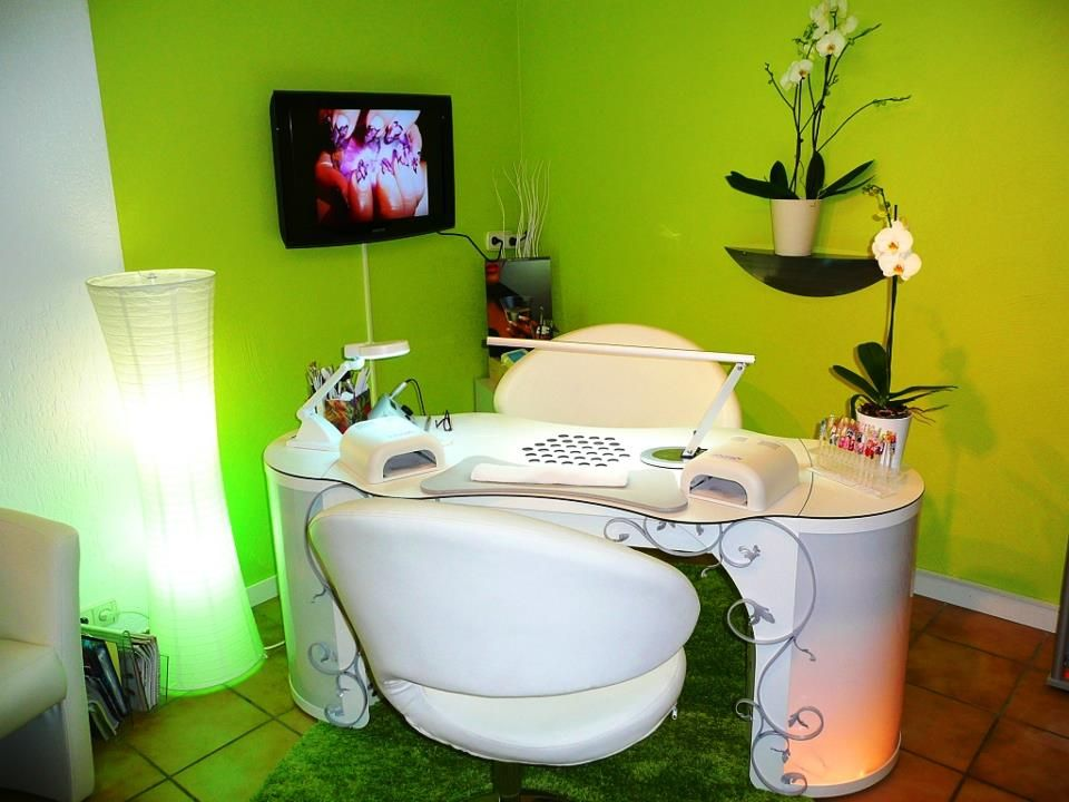 Nice nail station. I the light, it\'s slim so you and the client can ...