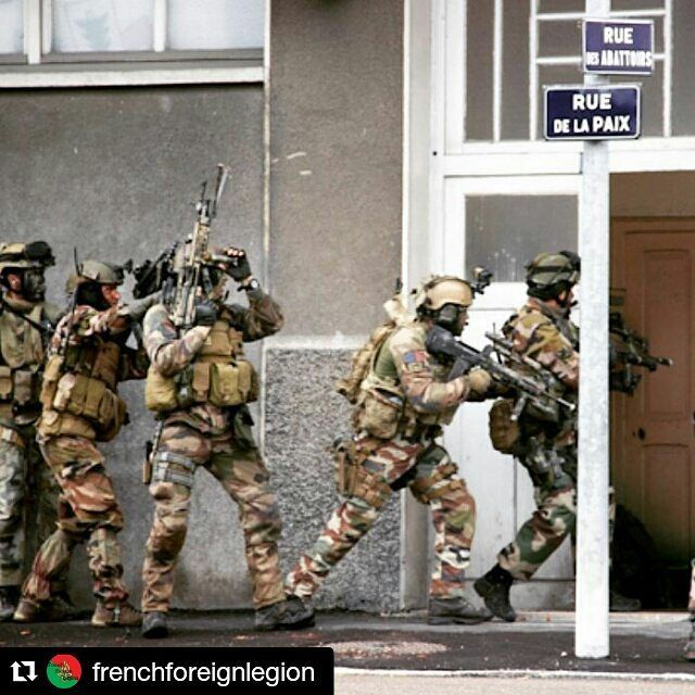 Reposte de @frenchforeignlegion Stack up! - 2nd REP GCP training CQB.  #arméedeterre #legionétrangère #frenchforeignlegion #frencharmy #France #army #military #commando #2emeREP #GCP #CQB #SAS #roomclearing #breachbangclear #urbancombat #specialoperations #legiopatrianostra #legionnaire #stackup #training #combat #war #tactical #tactics #Famas #M4 #M249 #violenceofaction by langue.francaise