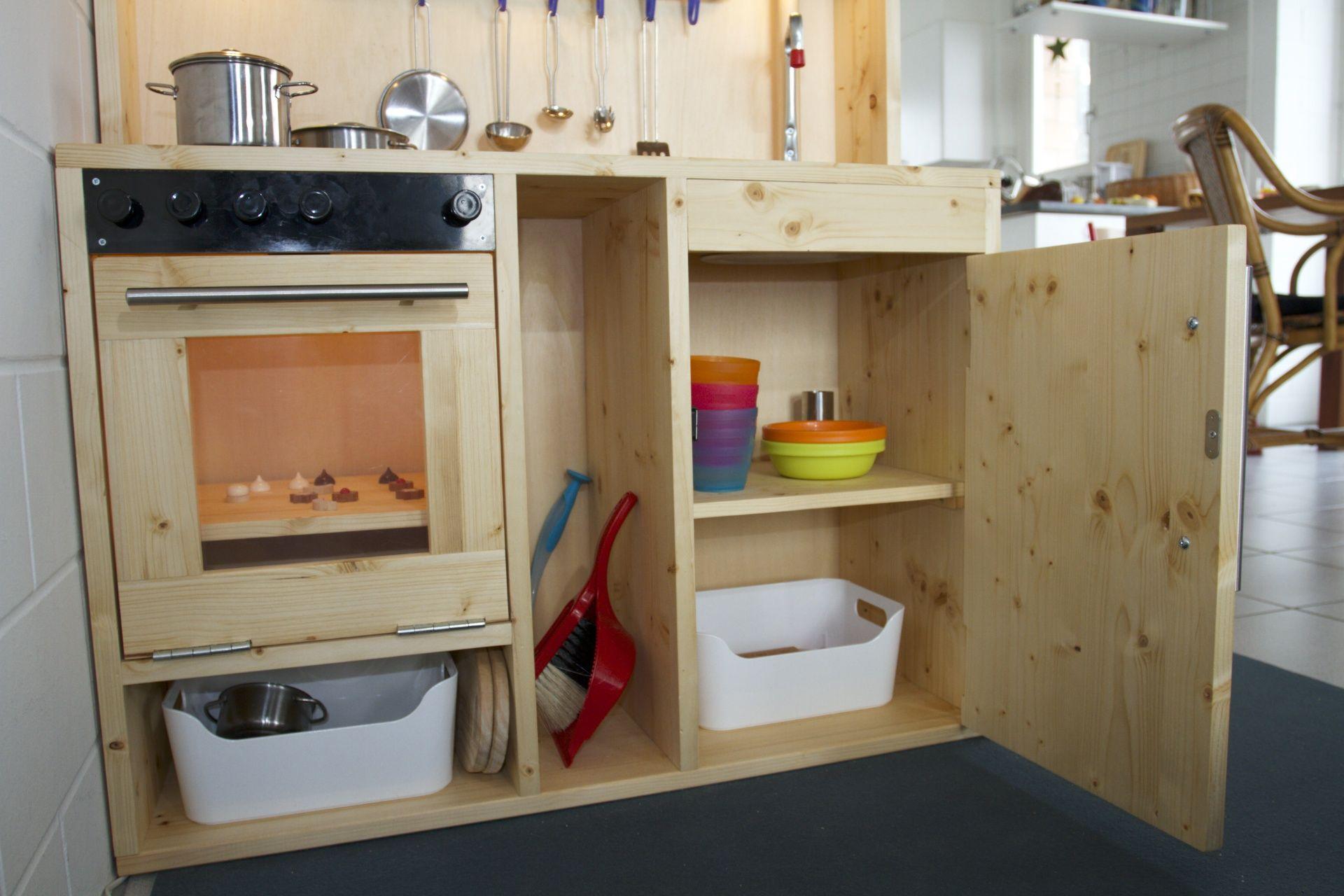 Das Innenleben: Der Spülenunterschrank wird wahlweise auch als Spülmaschine benutzt: Einfach alles Geschirr hineinstopfen, Türe zu und einen imaginären Startknopf drücken. Die VARIERA Box (http://www.ikea.com/ch/de/catalog/products/30155019/) ist recht praktisch zum Aufbewahren von Geschirr und Besteck.