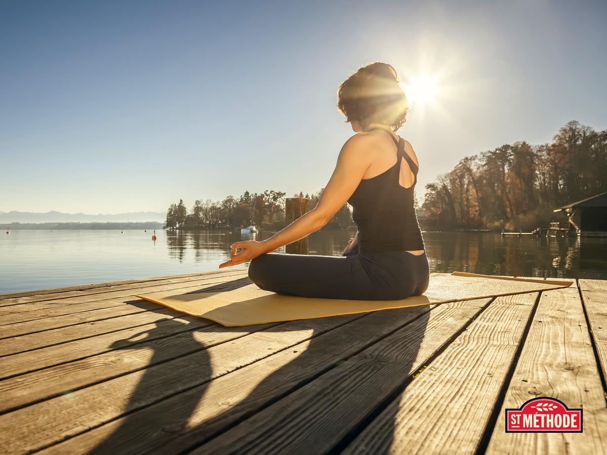 L'été, c'est le temps de l'année idéal pour profiter d'une randonnée dans les sentiers du Québec ou pour faire du yoga sur le bord de l'eau. Quelle est votre activité préférée durant la saison estivale? // Summer is the perfect time to go hiking the trails of Quebec or do a yoga session by the water. What is your favorite activity to do during summer? #stmethode #wellness #health #summer #yoga