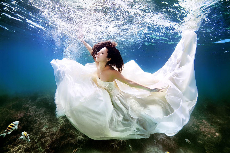 The Full Story Behind These Incredible Underwater Wedding Photographs Underwater Wedding Underwater Photoshoot Mermaid Bride