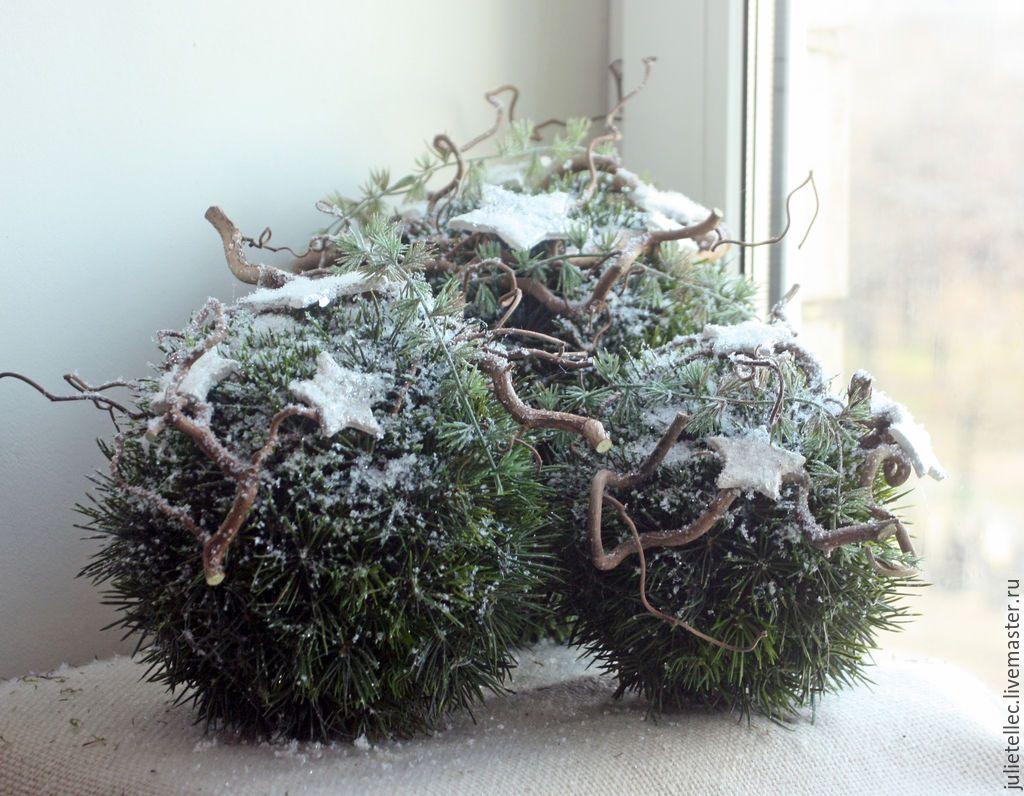 Feestdagen Natuurlijke Kerstdecoratie : Grote bollen met mos en kronkelhazelaar takken sneeuw en sterren