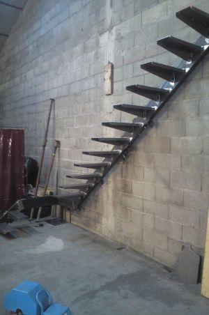 Fabrication escalier limon acier int grer dans le mur for Construction escalier metallique exterieur