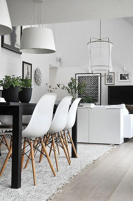 Des chaises Eames dans cette salle à manger noire et blanche