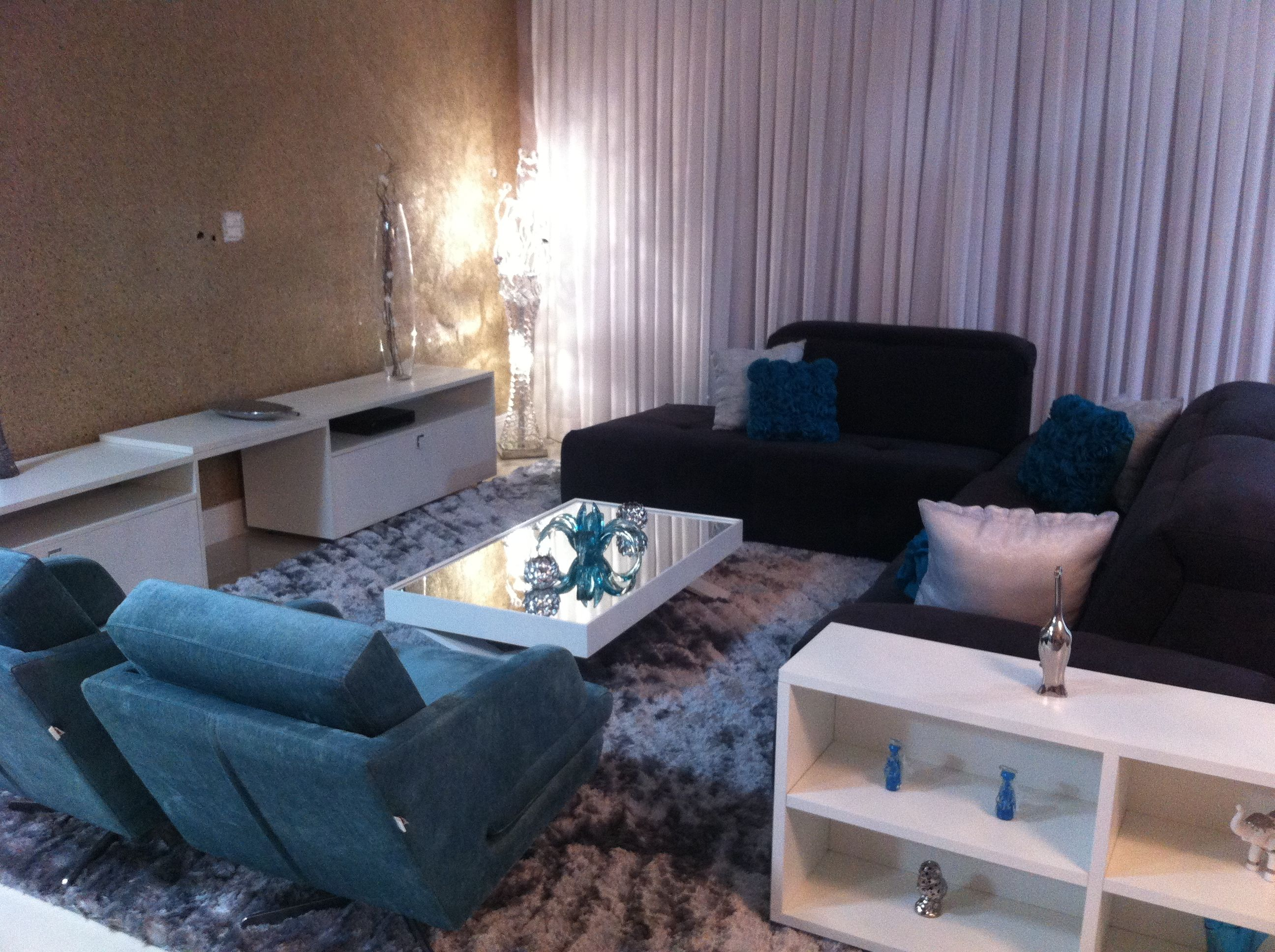 Cortina voil e almofada tifanny azul turquesa sala tv for Cortinas azul turquesa