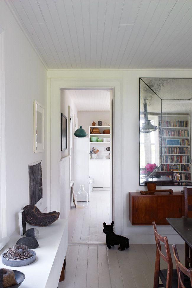 techo y piso blanco y un espejo grande para la pared naranja as se ampla el