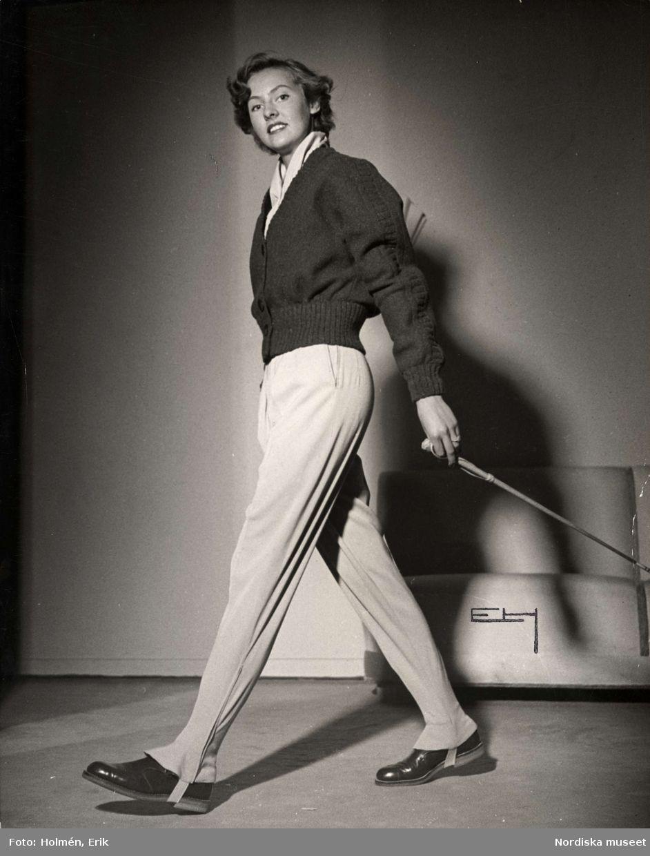 6f4deace760f Höstmode för dam från Madeleine de Rauch, 1948. Stickad tröja i  lumbermodell, byxa och ridspö. Fotograf: Erik Holmén för Nordiska Kompaniet