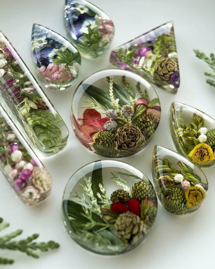 """Photo of Украшения из цветов и трав on Instagram: """"🌲 Готовлю небольшую коллекцию цветочно-хвойных полянок, серьги и подвески. Очень увлекло составлять такие композиции🤤 🌸И шарики с…"""""""