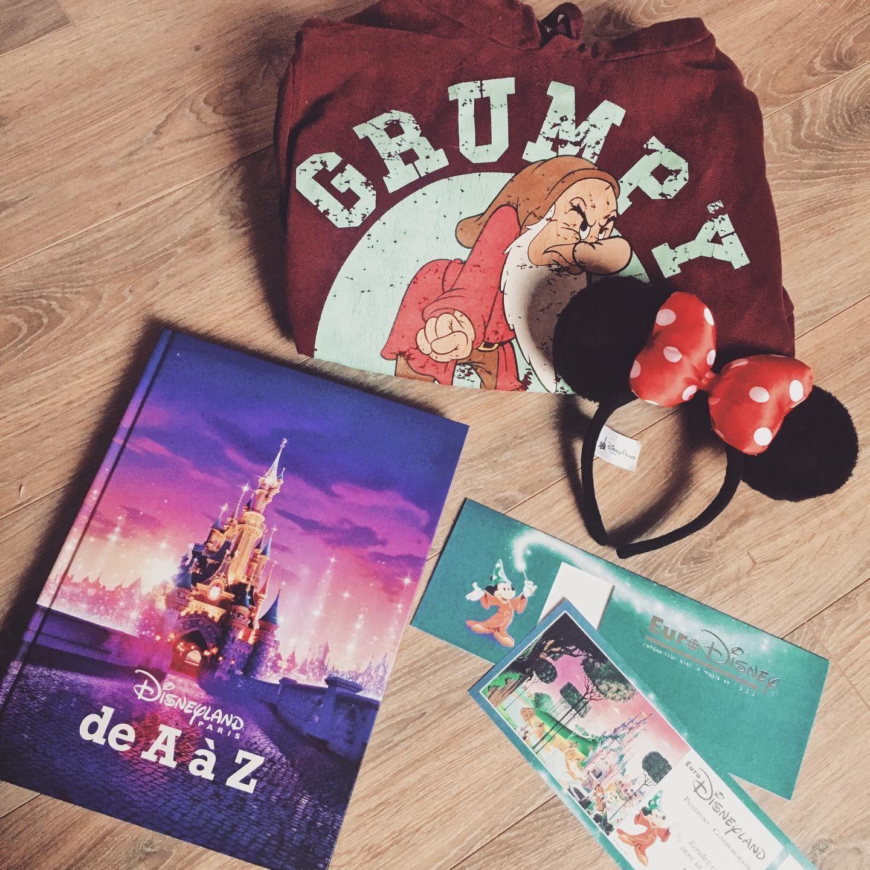On Prepare Les Affaires Pour Demain Mais Ou Allons Nous Preparez Vous A Un Deferlement De Photos Tres Prochainement Disney Disn In 2020 Book Cover Art