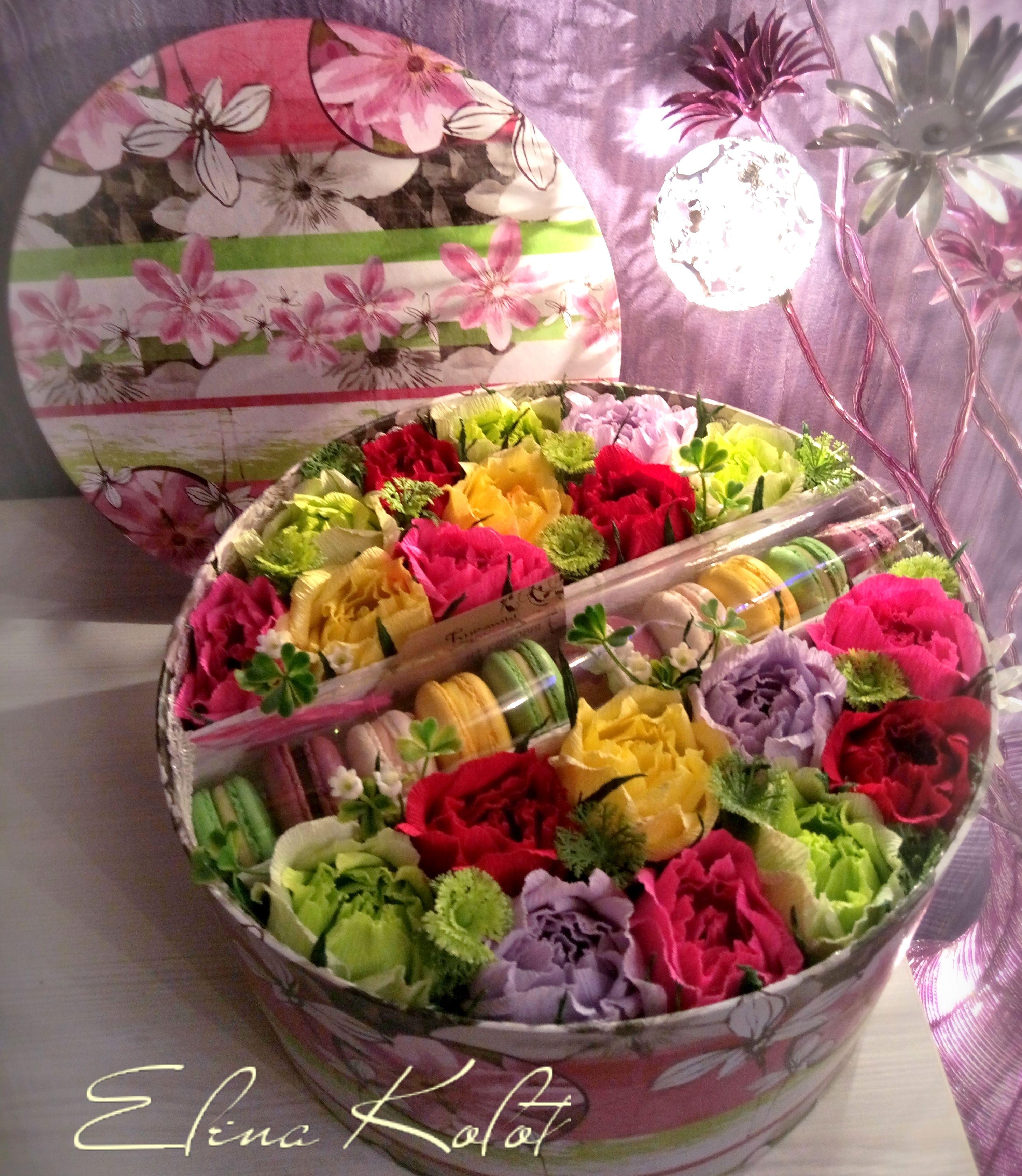 Композиция из цветов и макарон